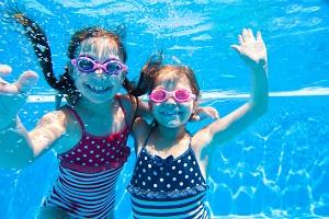 2 Mädchen tauchend fotografiert