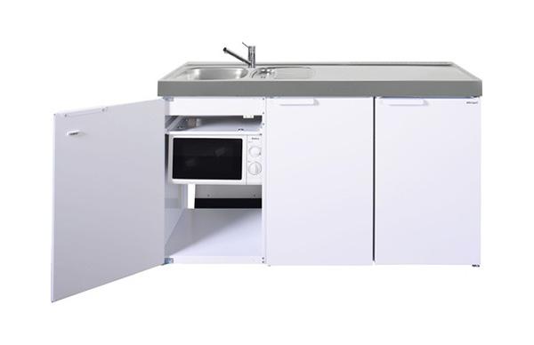 weiße Miniküche mit Edelstahl-Oberfläche und einer offen stehenden Tür