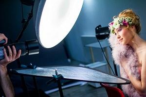 Aktfotografie: Frau leicht bekleidet mit Fotografen