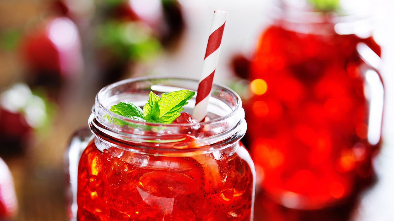 Trendartikel Mason Jar Trinkglas mit roter Limonade
